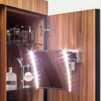 Badezimmer – Schrank mit Kosmetikspiegel