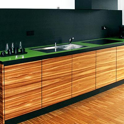 Küche – Küchenzeile mit grüner Arbeitsplatte