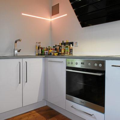 Küche – Ecklösung in weiß mit Edelstahl